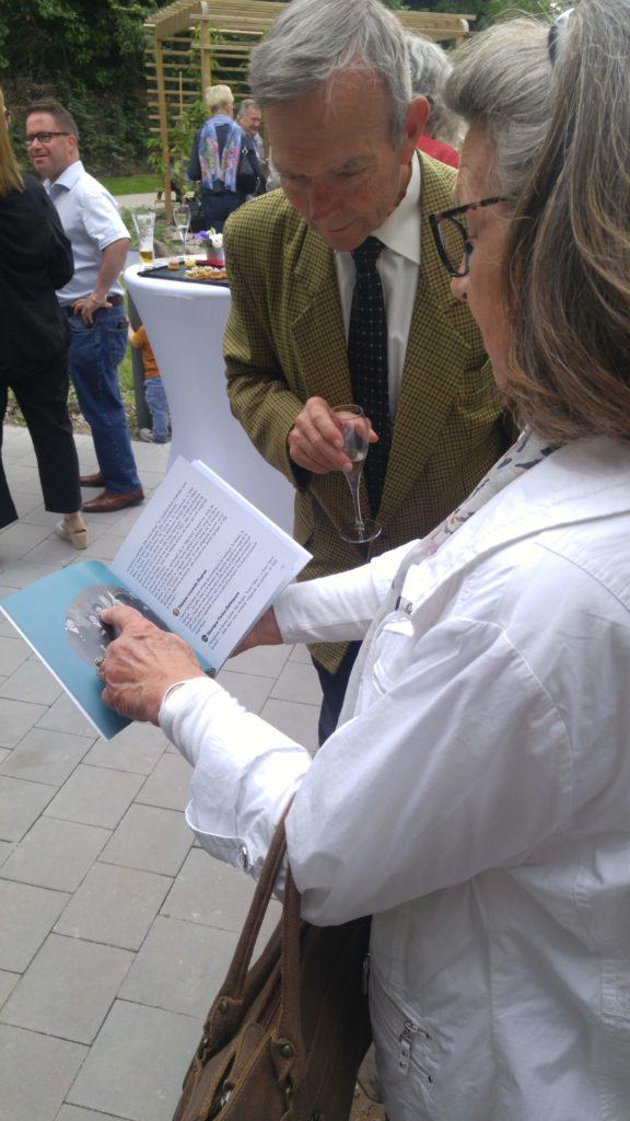 """Les résidents découvrent le livre """"Sur les bancs de la rue des Ursulines"""""""