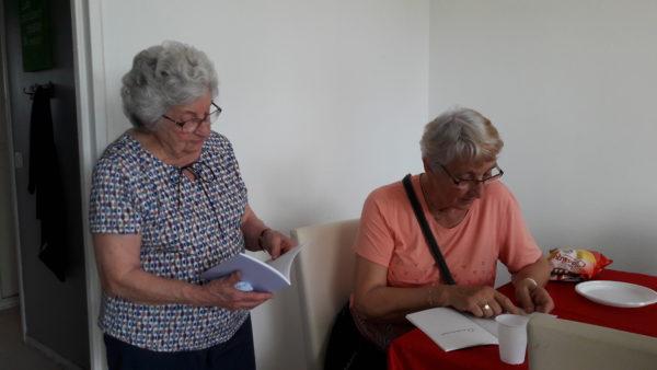 Deux résidentes de Vélizy découvrent le livre de souvenirs collectif.