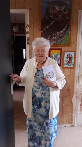 La résidente Colette Kirk reçoit le livre de souvenirs de Vélizy auquel elle a participé