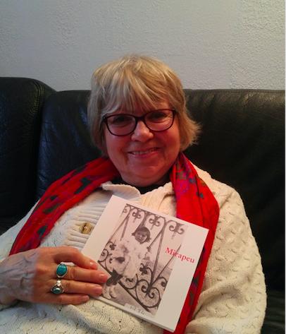 Arlette Mirapeu et son livre ©Ravive